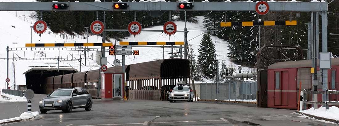 Carretera con pórtico con señales de medidas de gálibo.
