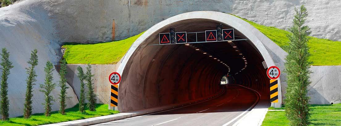 Entrada de túnel con señales que indican medidas máximas de gálibo.
