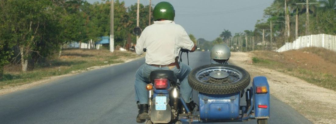 Moto con sidecar en la que viajan dos personas