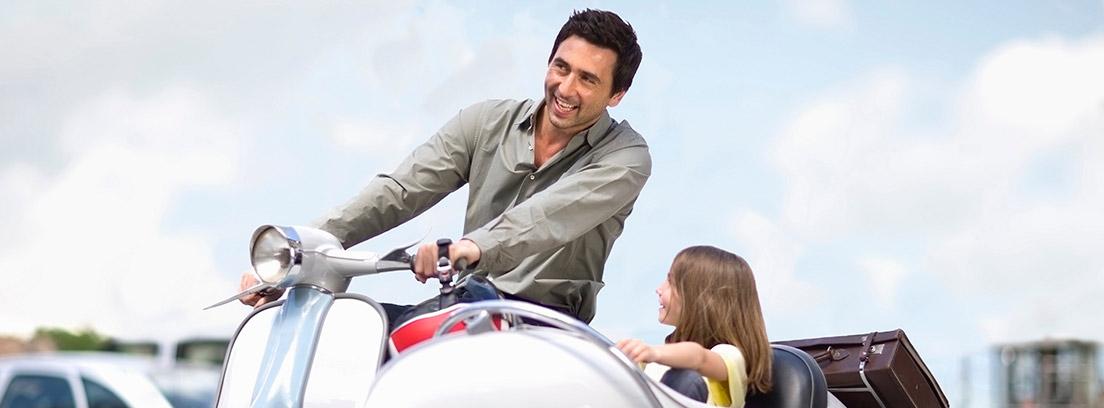 Hombre montado en una moto con sidecar llevando a una niña