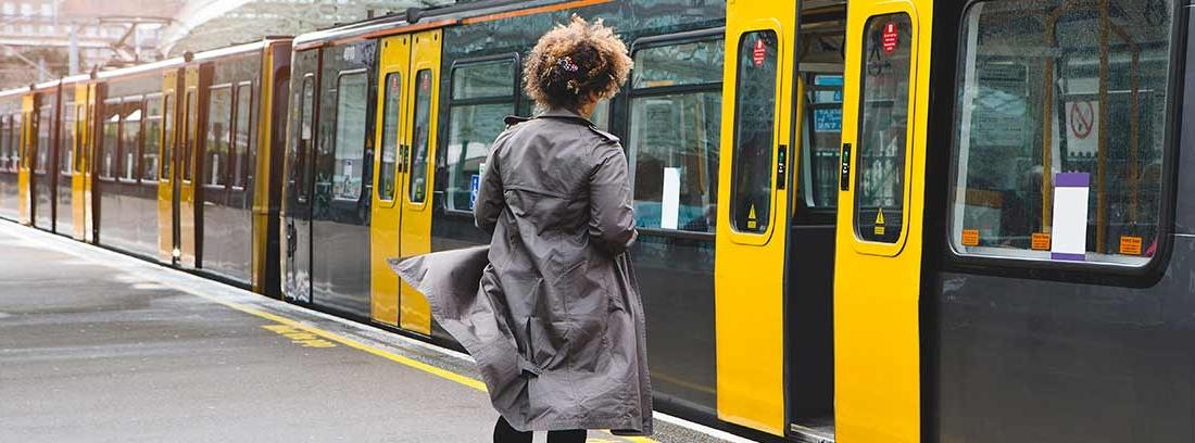 Mujer corriendo para montarse en el metro