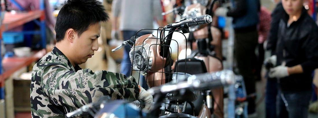 Hombres en una fábrica de motos