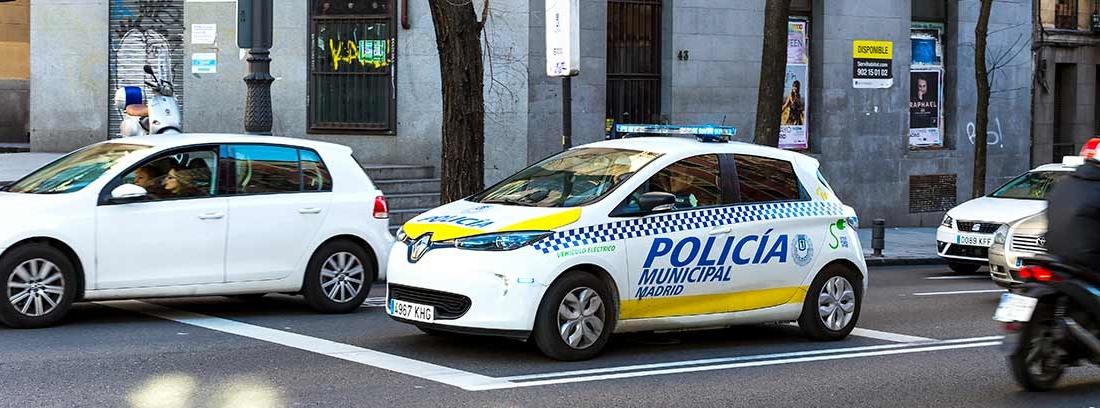 Coche de la Policía Municipal circulando