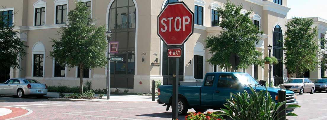 Stop en una vía urbana