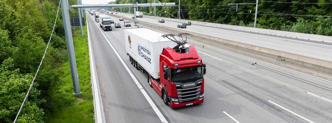 Uno de los camiones híbridos circulando por la eHighway de Alemania