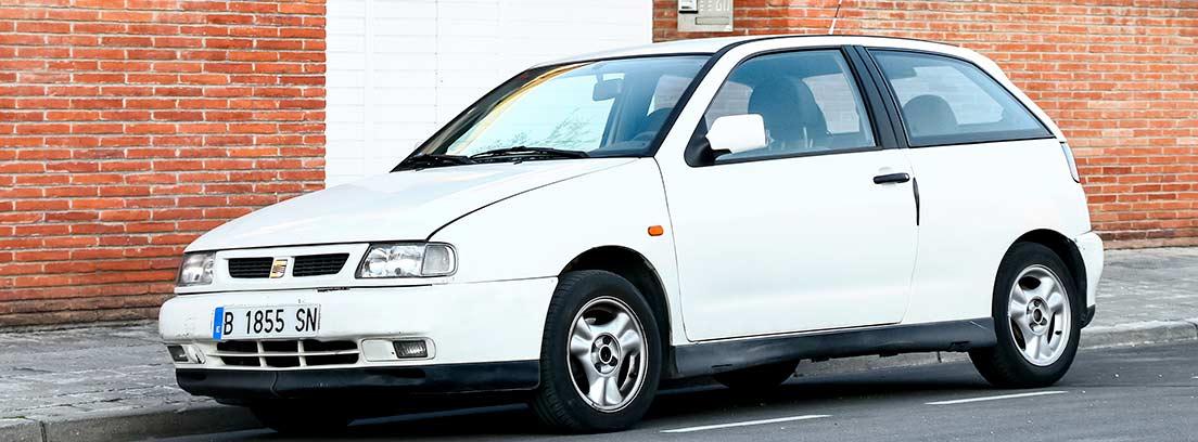 SEAT Ibiza blanco aparcado en una calle