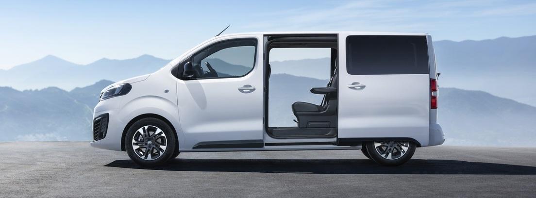 Opel Zafira Life con las puertas laterales abiertas