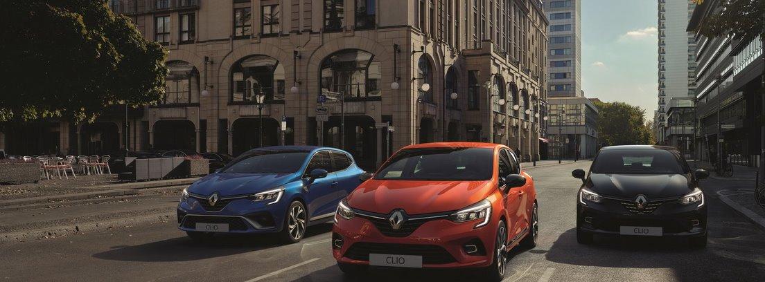 3 Renault Clio en ciudad