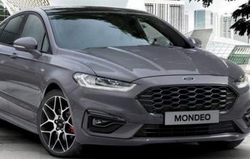 Ford Mondeo de color gris aparcado en el exterior de un edificio