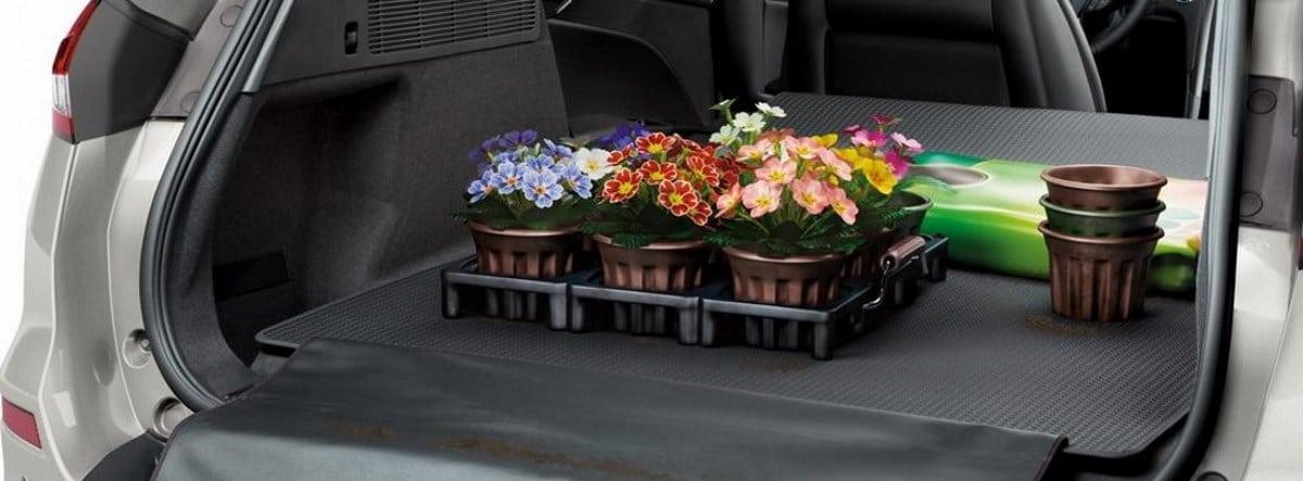 Maletero abierto del Ford Mondeo con elementos de jardinería dentro