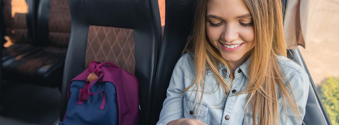 niña sonriente sentada en un autobús