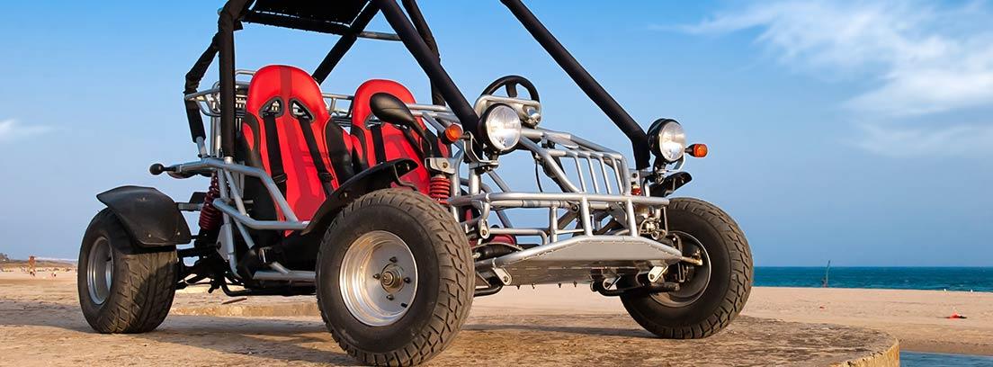 Un buggy atraviesa fácilmente el terreno arenoso en las dunas. Viesca, Coahuila, México