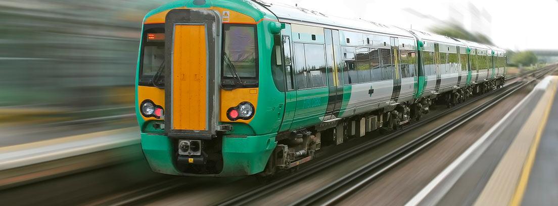Tren circulando a gran velocidad por una vía