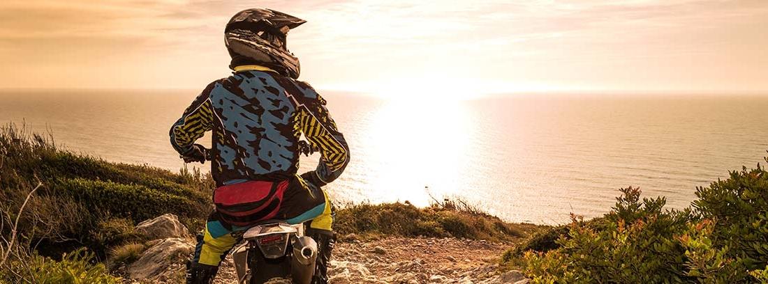 Piloto con moto de trial realizando una ruta enduro