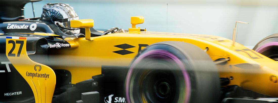 Parte delantera y lateral de coche de fórmula 1 de color amarillo y con detalles en negro
