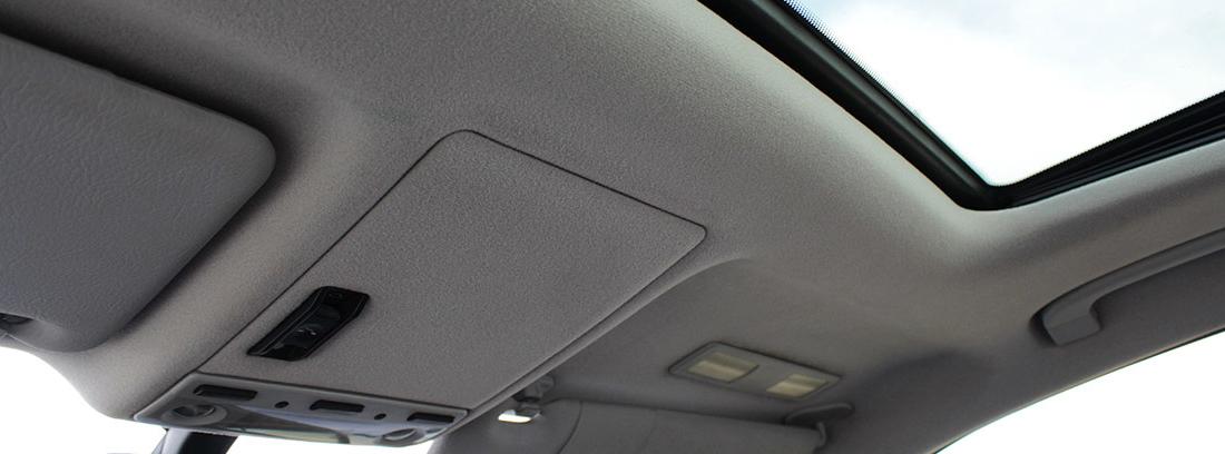Detalle del interior de un coche con techo de cristal
