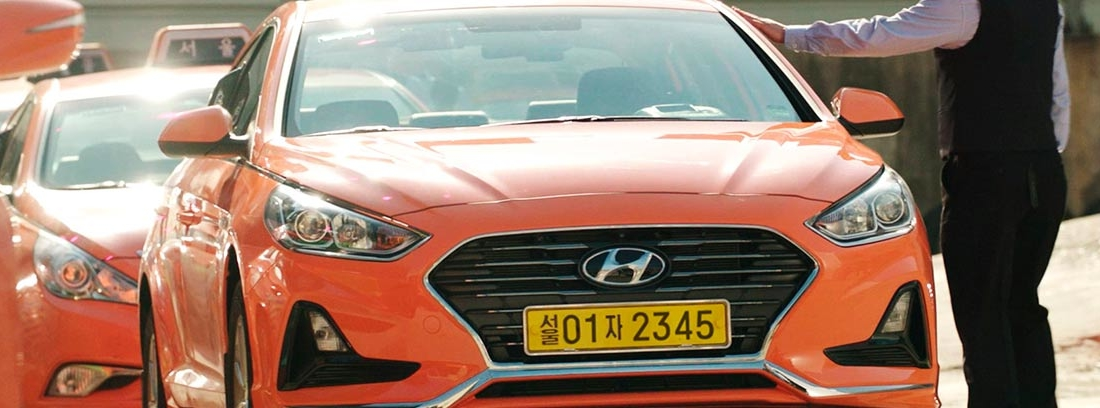 Varios taxis naranjas de Hyundai