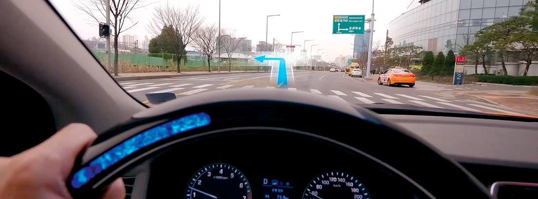 Volante de un coche iluminado en azul
