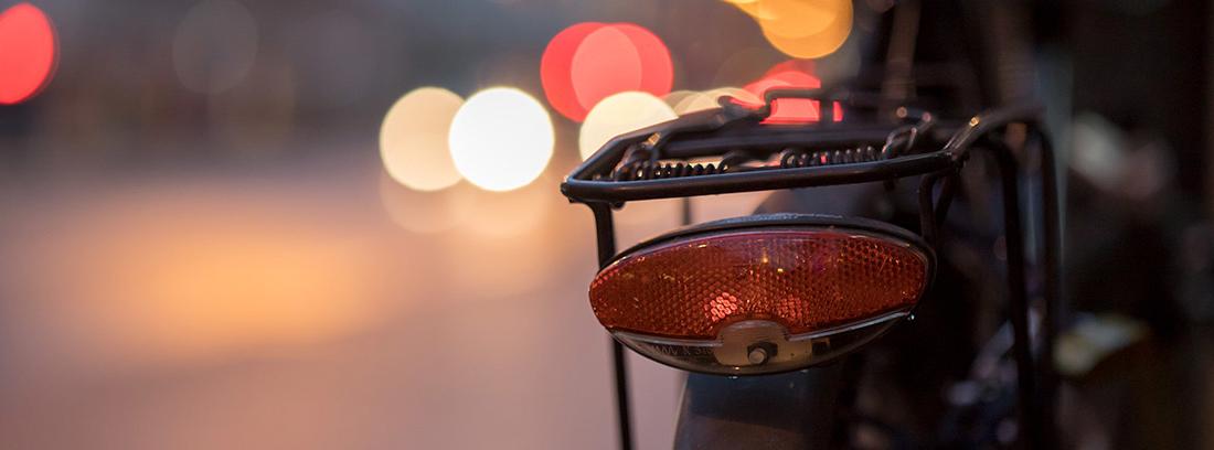 Luz roja trasera de una bicicleta