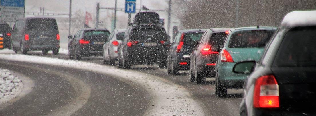 Varios coches atrapados en un atasco con nieve
