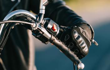 Manillar de una moto negra circulando por la carretera