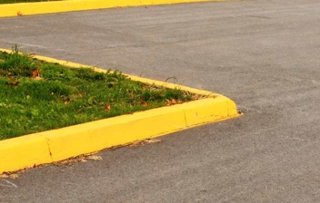 Bordillo pintado con una línea amarilla