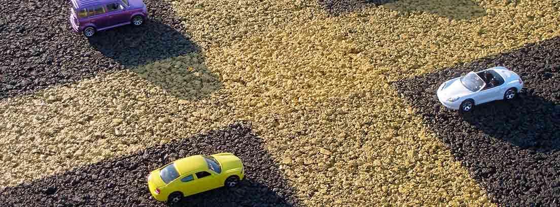 4 coches de juguete sobre una cuadrícula amarilla