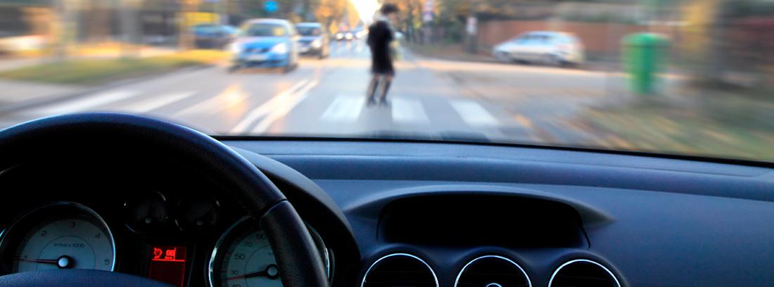 Vista de paso de peatones con una persona desde el interior de un coche