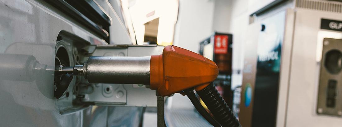 Manguera de combustible gas alternativo dentro de un depósito de coche