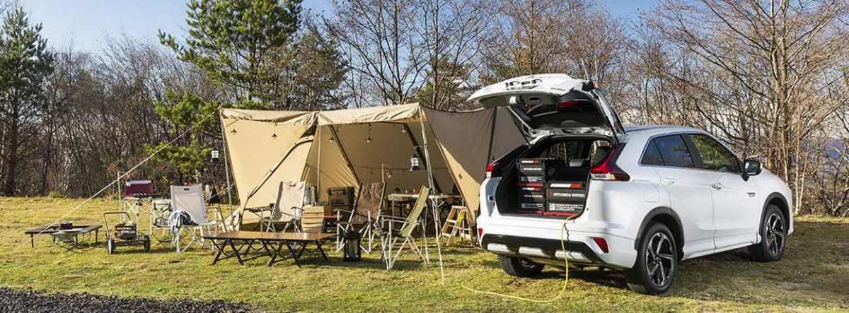 Nuevo Mitsubishi Eclipse Cross usado como toma de corriente en una instalación de camping