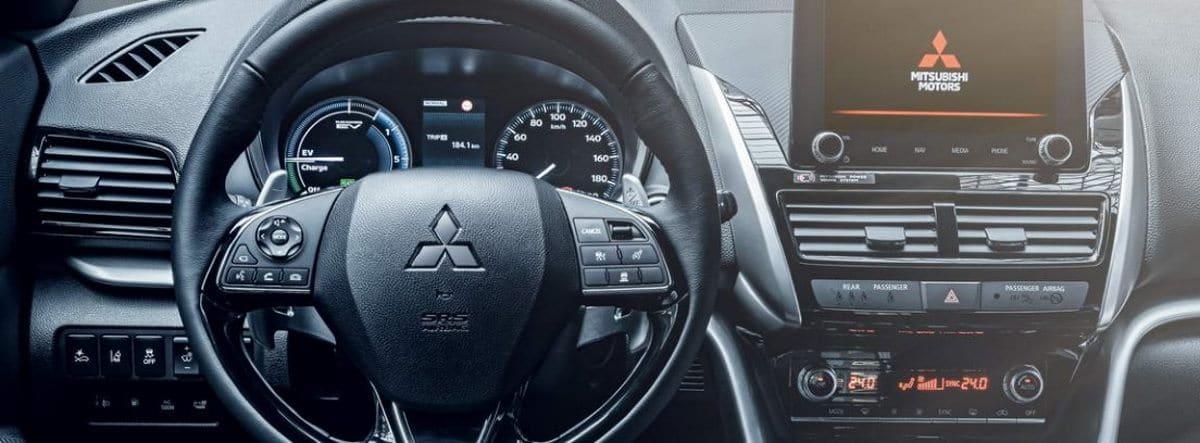 Vista en detalle del volante y la consola de infoentretenimiento del Mitsubishi Eclipse Cross PHEV