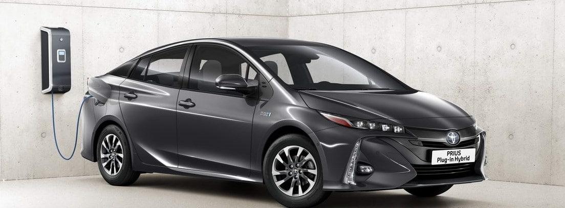 Nuevo Toyota Prius Plug-In negro durante una carga