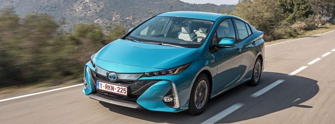 Nuevo Toyota Prius Plug-In azul circulando por una carretera