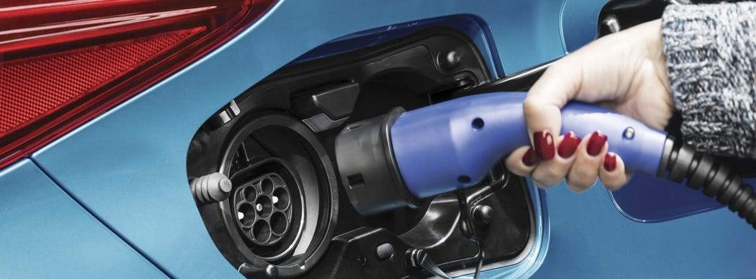 Detalle del enchufe de carga del nuevo Toyota Prius Plug-In azul
