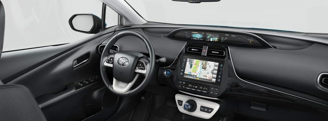 Detalle del volante y la consola de info-entretenimiento del nuevo Toyota Prius Plug-In