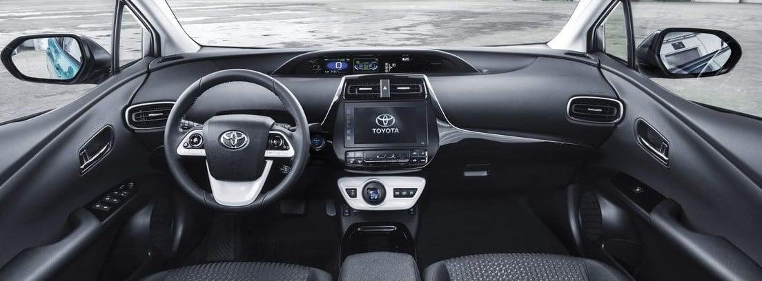 Vista del salpicadero y el volante del nuevo Toyota Prius Plug-In