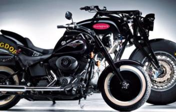 La moto más grande del mundo detrás de una de tamaño convencional