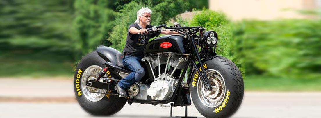 Hombre montado sobre una gran moto parada sobre soporte