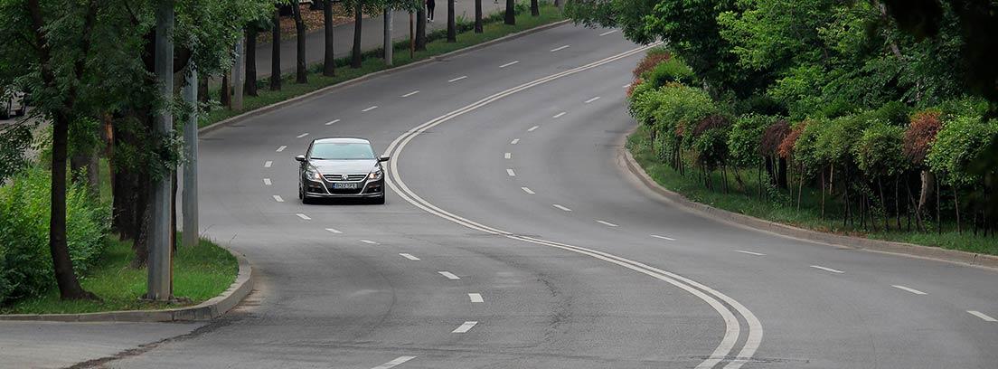Coche en una carretera con curvas