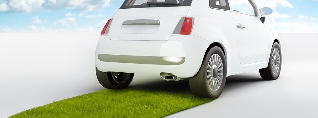 Infografía de un coche eléctrico visto por detrás sobre una carretera de césped