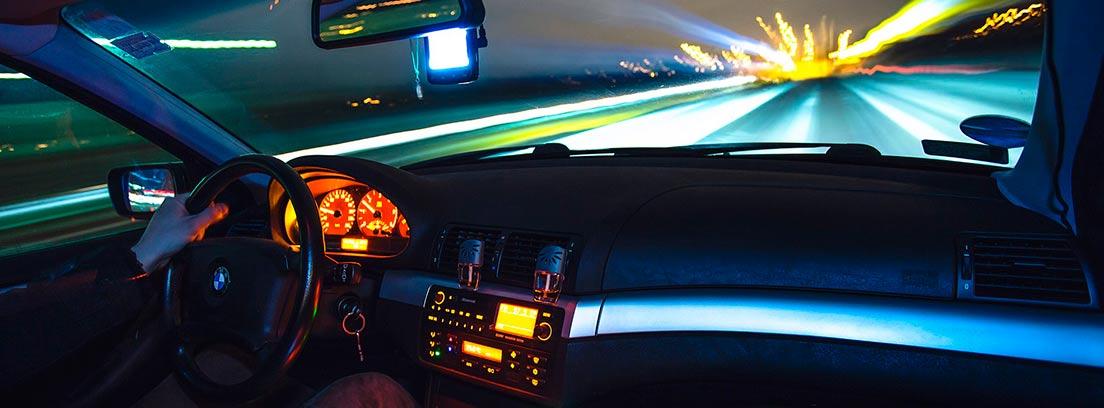 Vista de la carretera desde el interior de un coche