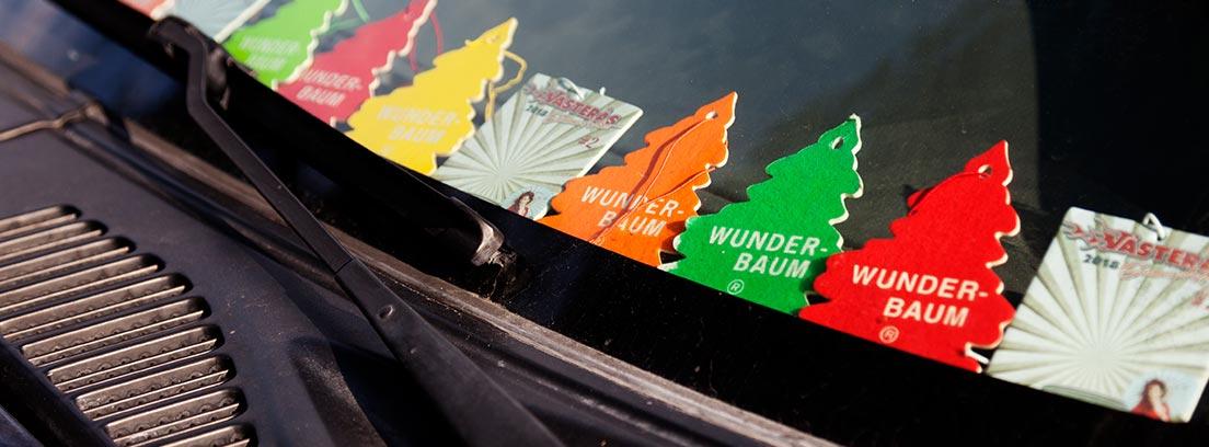 Cristal de coche con varios ambientadores de pino de colores