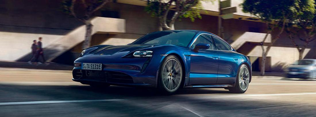 Porsche Taycan en color azul circulando por la calle.