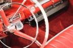 Interior de coche con tapicería y detalles en cuero rojo