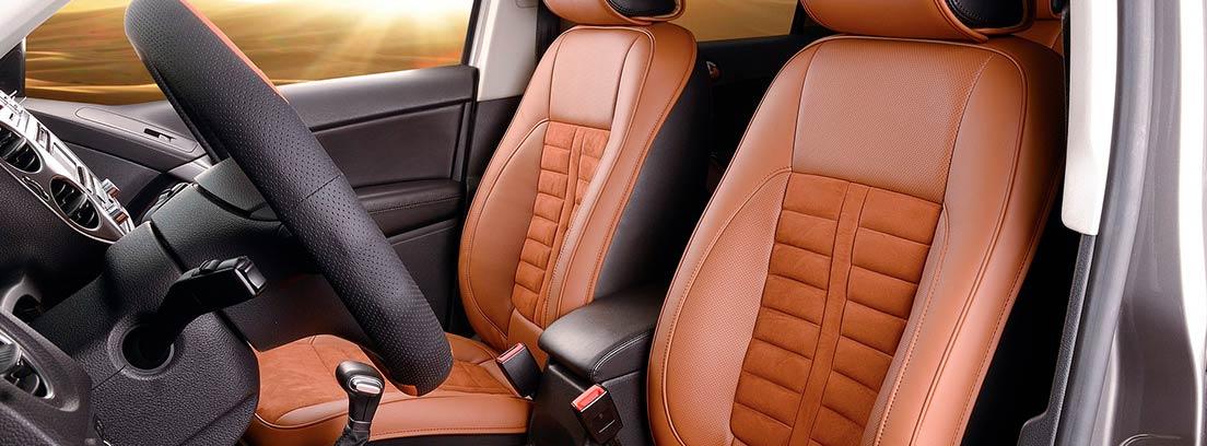 Interior de coche con tapicería combinada en marrón y negro