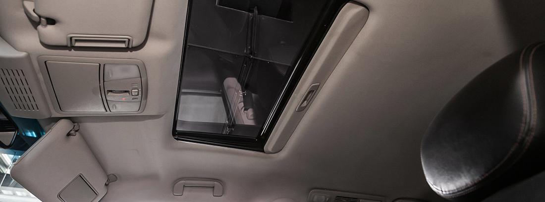 Limpiar el interior del techo de un coche no es complicado.