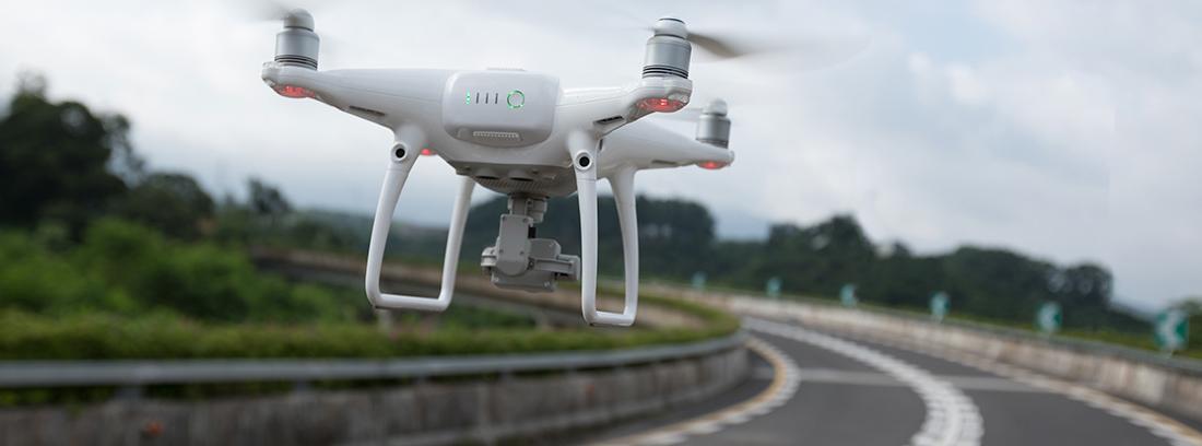 Dron sobrevolando una carretera