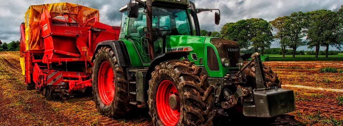Tractor rojo y verde en el campo