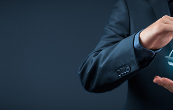 Hombre con traje sosteniendo en sus manos un coche