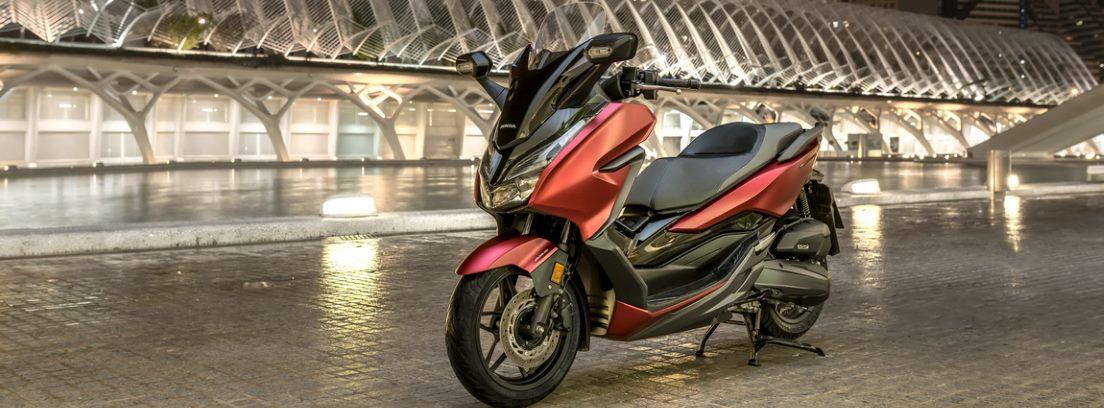 Honda Forza 125, un scooter refinado, no solo por su imagen